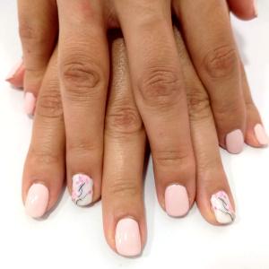 Manicura tonos rosas y blancos pamplona GMEL centro de estética
